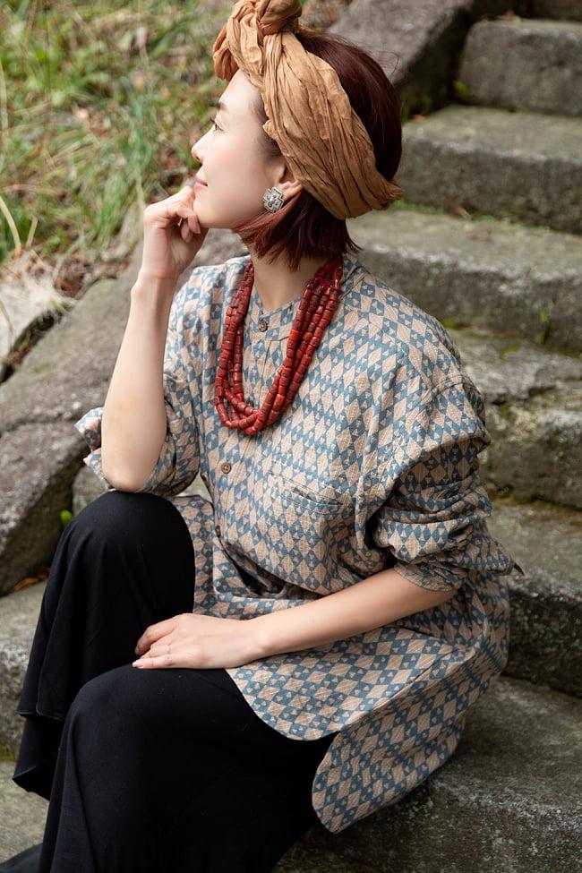 柔らかい風合いが魅力的 藍染とカンタ刺繍のクルタシャツ 5 - アクセサリーやターバンを合わせることで印象がグッと変わります。