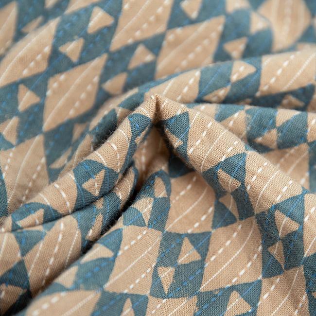 柔らかい風合いが魅力的 藍染とカンタ刺繍のクルタシャツ 9 - よく見ると白い糸でカンタ刺繍のように仕上がっています。