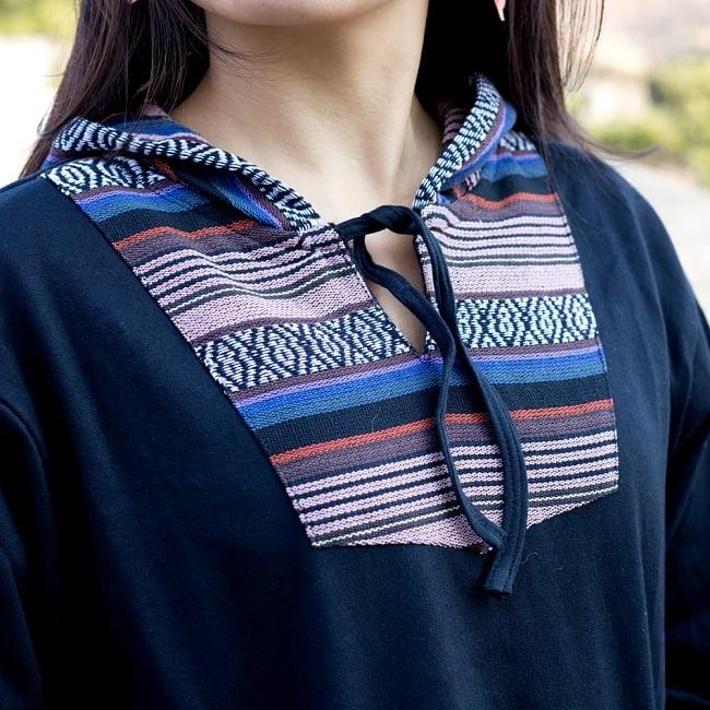 ネパール刺繍 さらふわ裏起毛プルオーバーパーカーの写真7 - 胸元からフードにかけても。首元は紐で留められます。