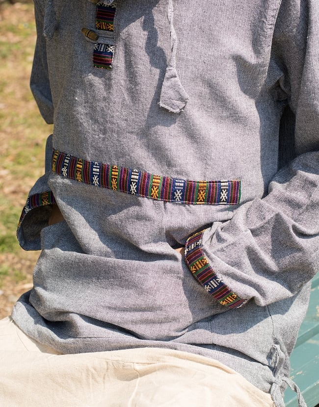 ネパールゲリのプルオーバーパーカー 3 - お腹側にもネパール・ブータン特有の布飾りが用いられています。前ポケットも便利ですね