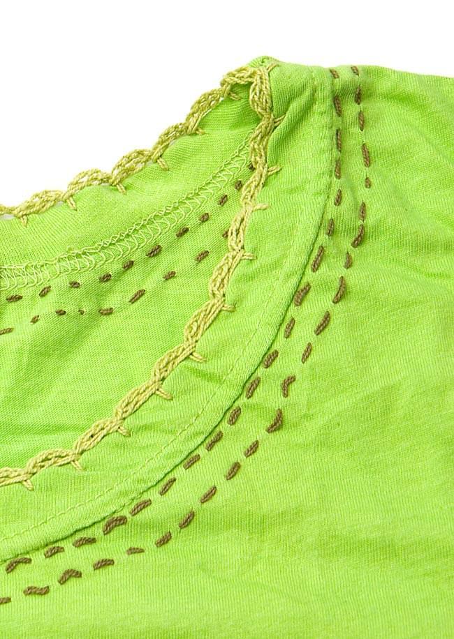 ベルト風刺繍ハーフスリーブTシャツ - 黄緑 4 - 襟元をアップにしてみました。同じ様なステッチが裾と袖部分にもあります。