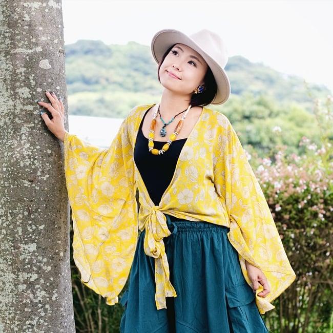 アンティークシルクサリー 長袖前結びベルスリーブシャツ - 黄・オレンジ系の写真2 - 身長150cmのモデルさんの着用例です。