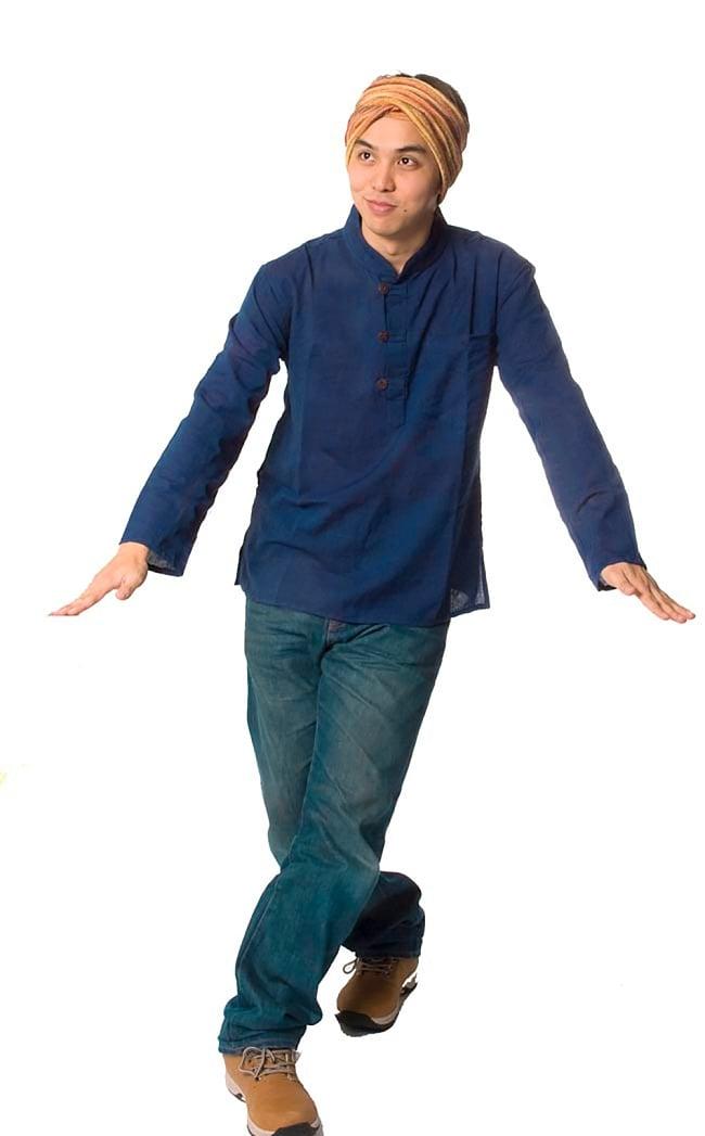 長袖シンプルコットンボタンクルタ 【紺】 2 - 身長170cmのスタッフが着てみました。女性でも男性でも問題なく着れますよ!