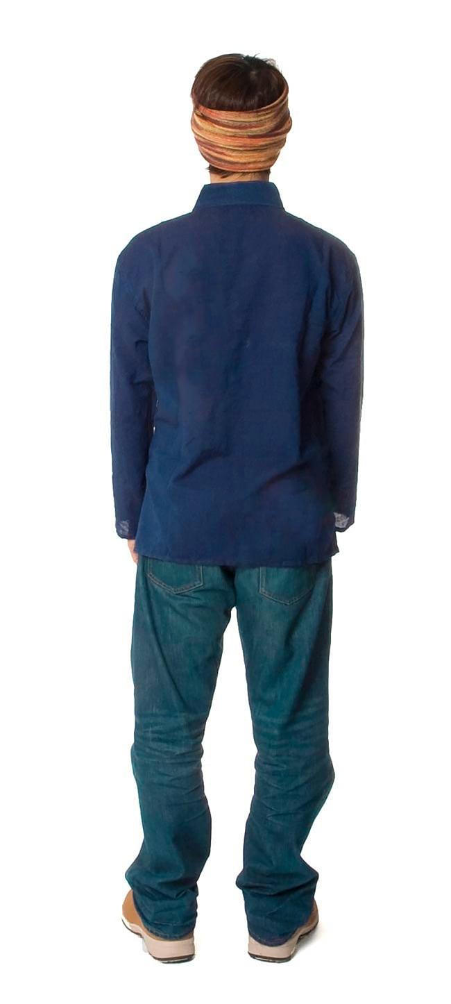 長袖シンプルコットンボタンクルタ 【紺】 4 - 後ろ姿はシンプルです。