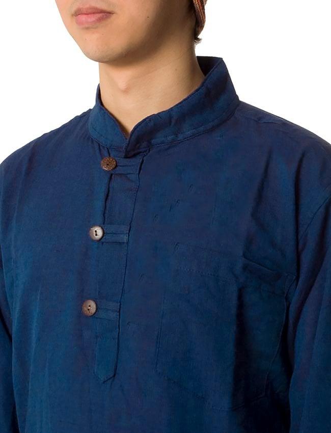 長袖シンプルコットンボタンクルタ 【紺】 5 - 胸元のボタンが程よいアクセントになっています。
