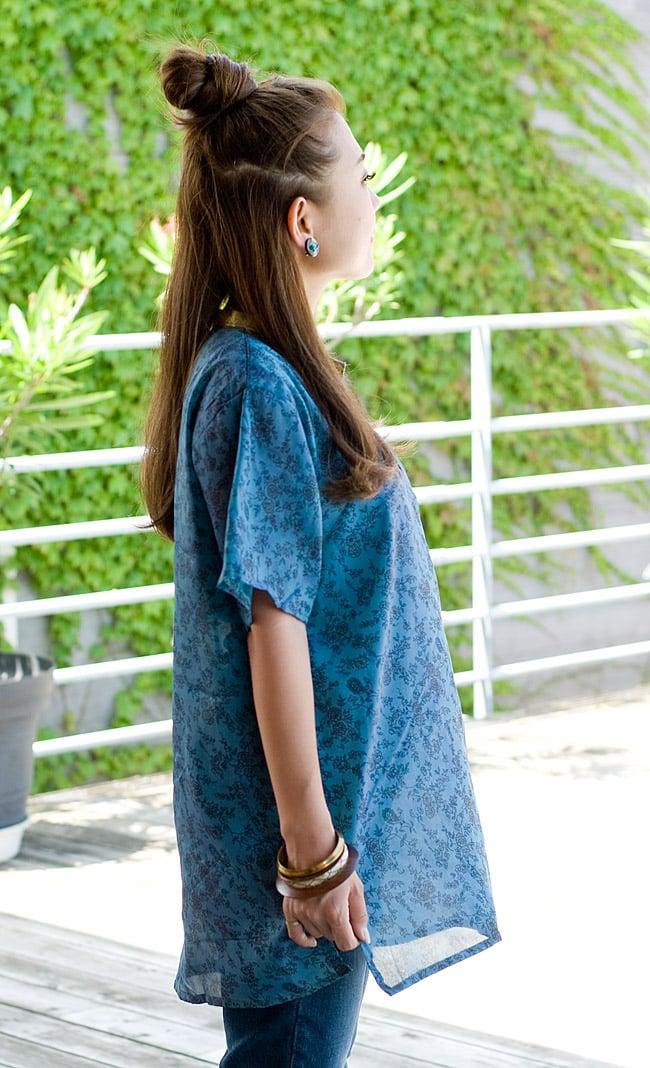 オールドサリーの半袖プルオーバーシャツ ブルー系の写真4 - 同じデザインの横から見た姿です。