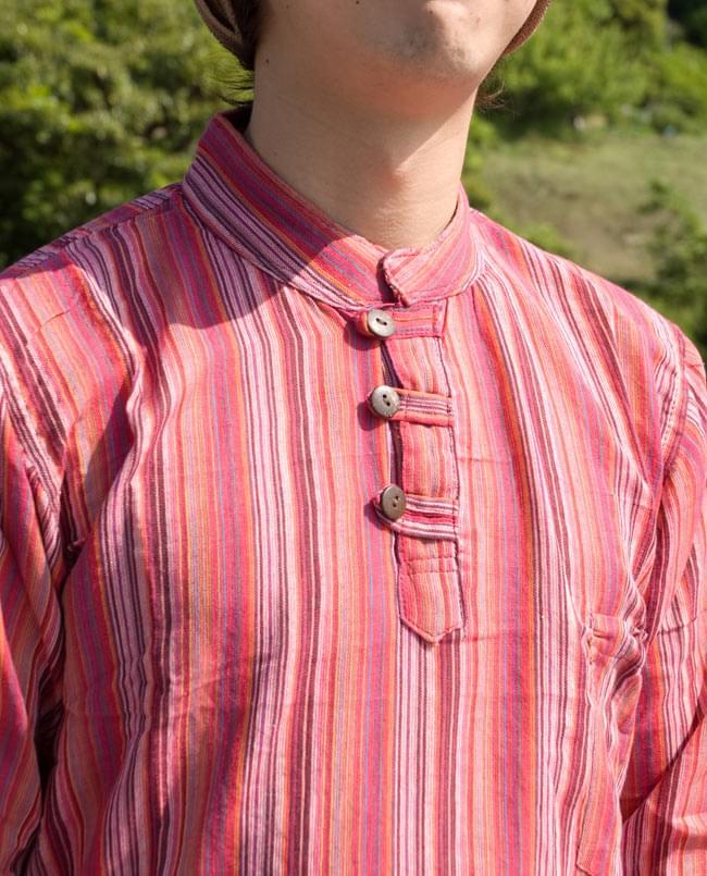 長袖ストライプクルタ 6 - ウッドボタンタイプの胸元のアップです。