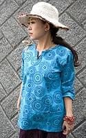 花火柄の長袖コットンシャツ 【水色】