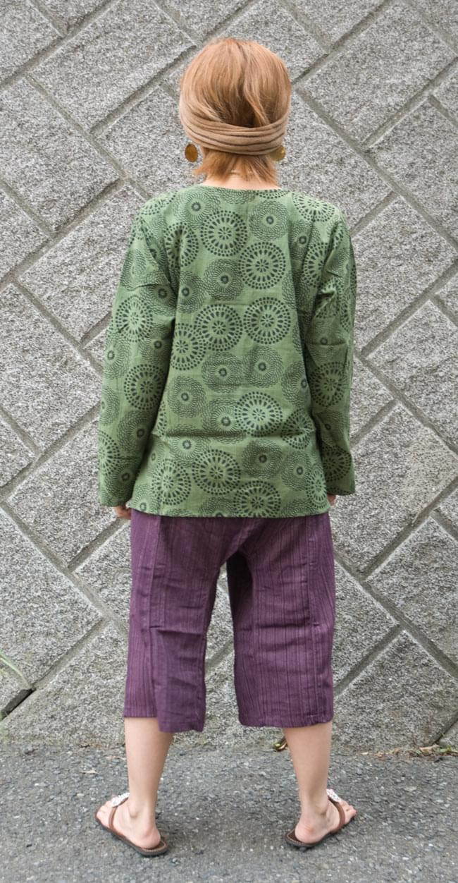 花火柄の長袖コットンシャツ 【緑】 3 - 後ろ姿です。