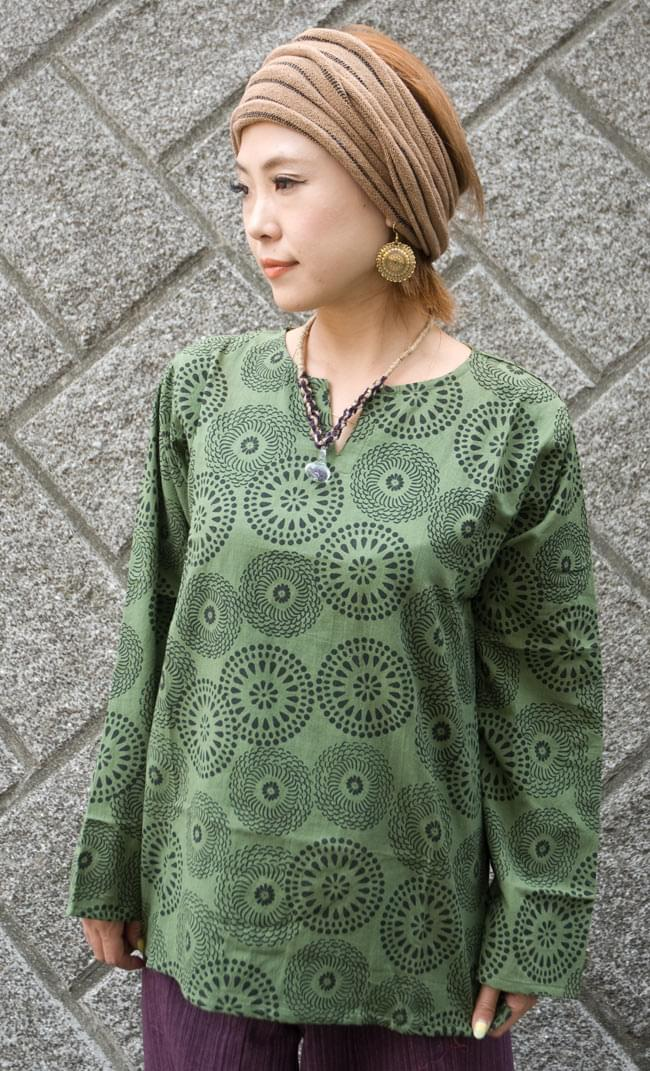花火柄の長袖コットンシャツ 【緑】 4 - 上半身をアップにしてみました。