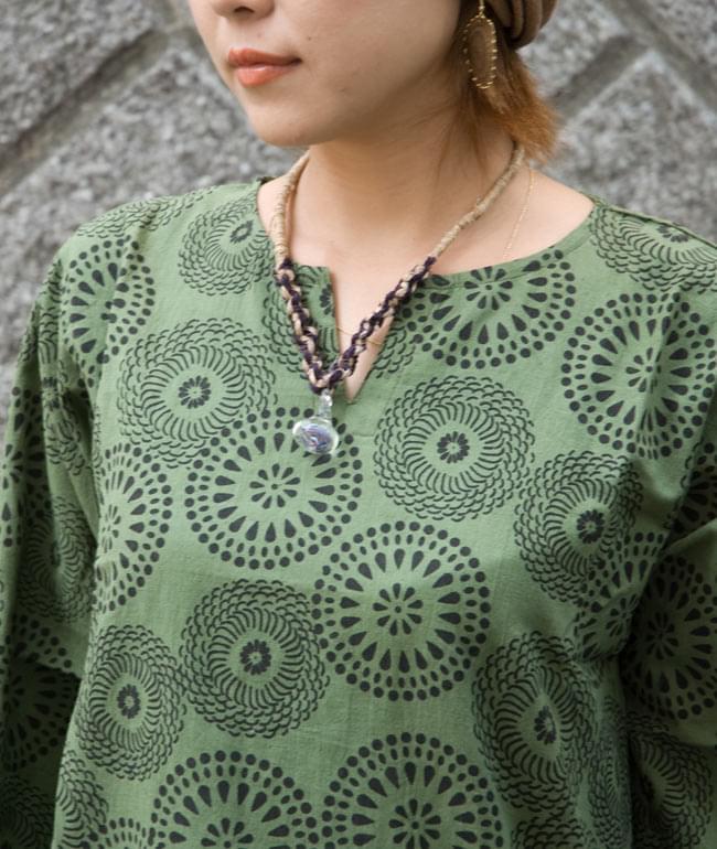 花火柄の長袖コットンシャツ 【緑】 5 - 胸元のデザインがスッキリ見えます。