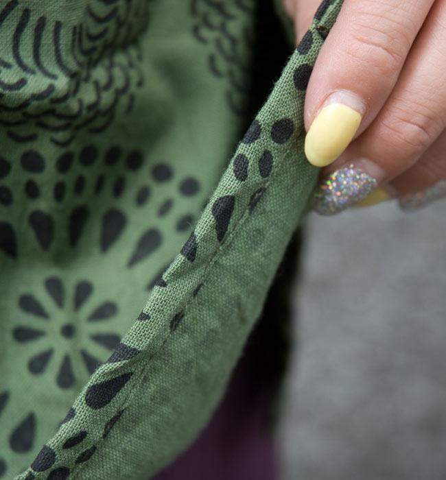 花火柄の長袖コットンシャツ 【緑】 7 - 生地の素材感はこんな感じ。ちょっと厚みのあるしっかりした素材です。