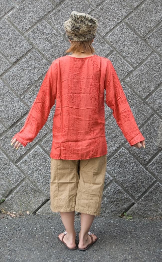 長袖Vネックラムナミシャツ - 赤 3 - 後ろ姿です。