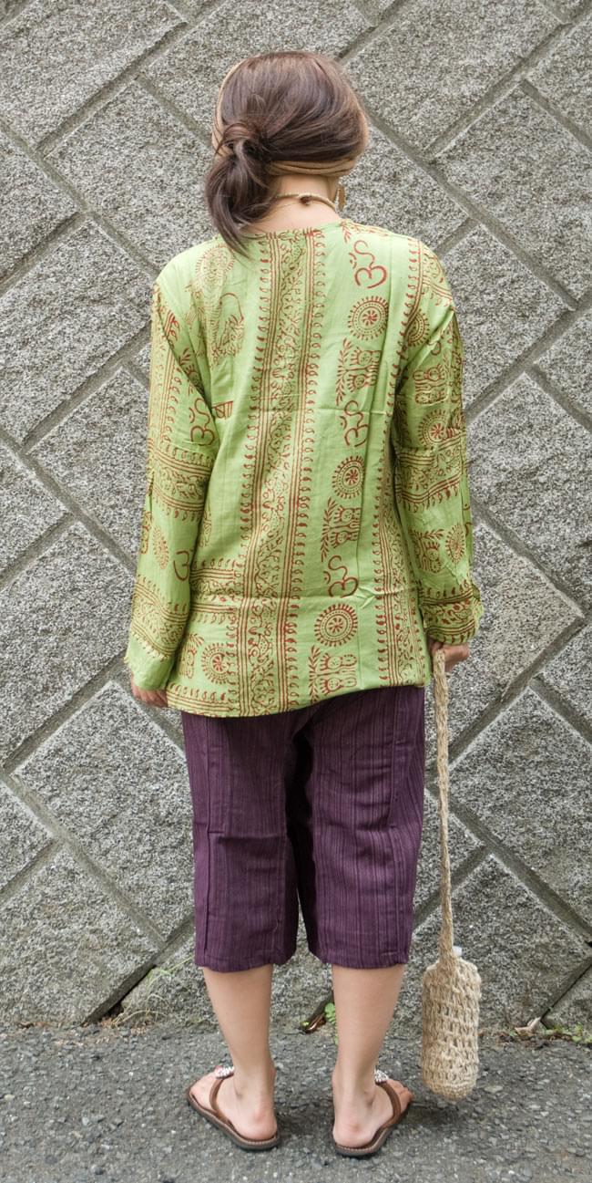 長袖Vネックラムナミシャツ - 緑豆 の写真3 - 後ろ姿です。