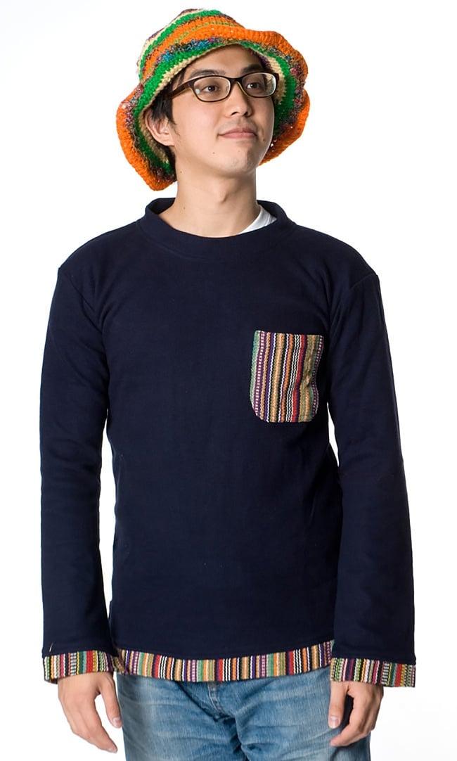 ゲリポケットの長袖コットンリブTシャツ 5 - ネイビーの着用例です。男女兼用で楽しめる嬉しい一着ですね。