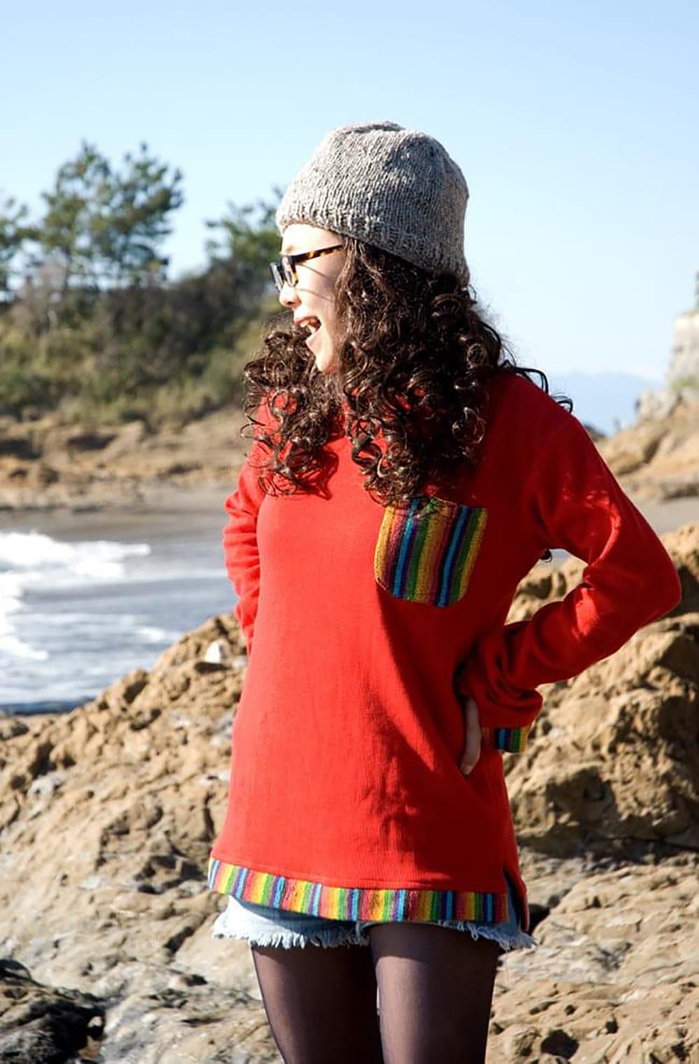 ゲリポケットの長袖コットンリブTシャツ 6 - レッドの着用例です。