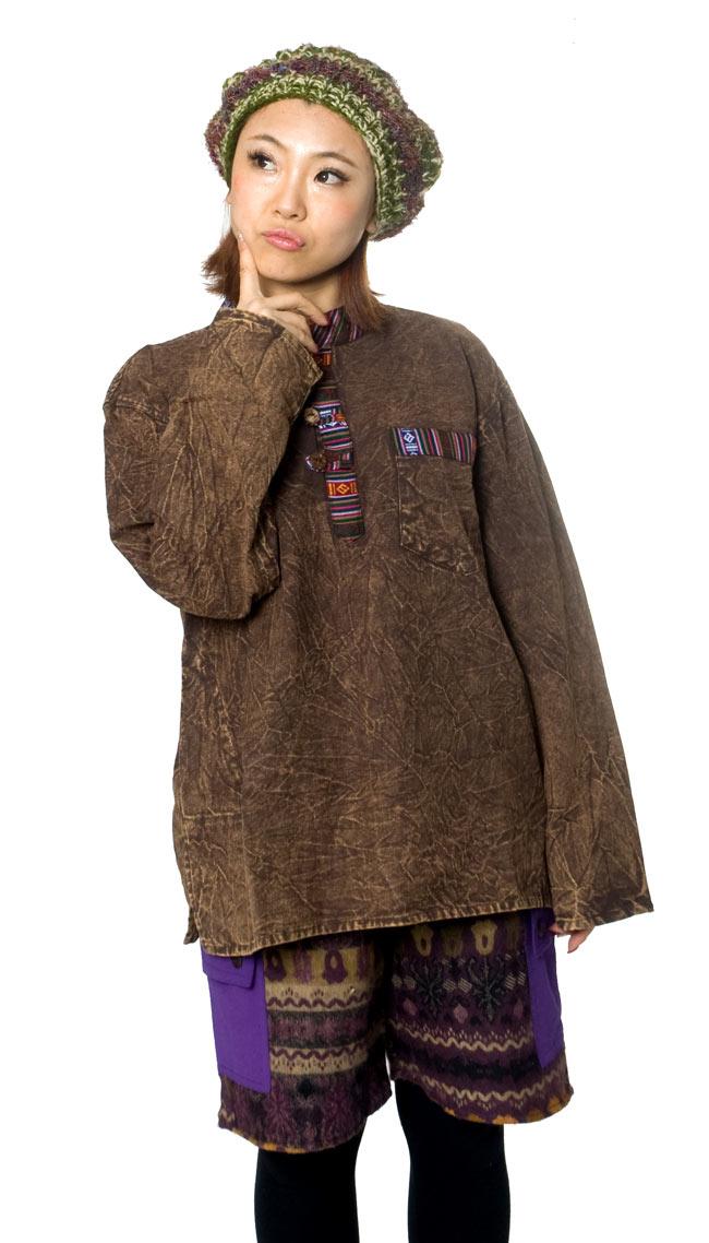 ネパールゲリのボタンクルタ 4 - D:ブラウン:身長150�の女性スタッフが着てみました。大きすぎず、着こなせます。