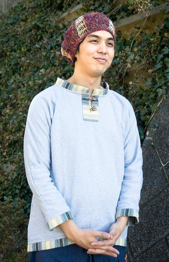 裏起毛が嬉しい!ゲリのクルタ風トレーナーの写真12 - 選択E:ライトグレー 男性が着てみるとこんな感じです。