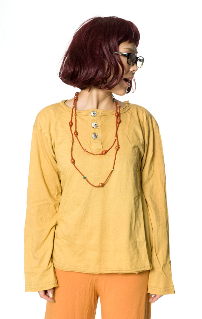 ストーンウォッシュのボタン付Tシャツ 5 - 身長152cmのモデル着用例です。