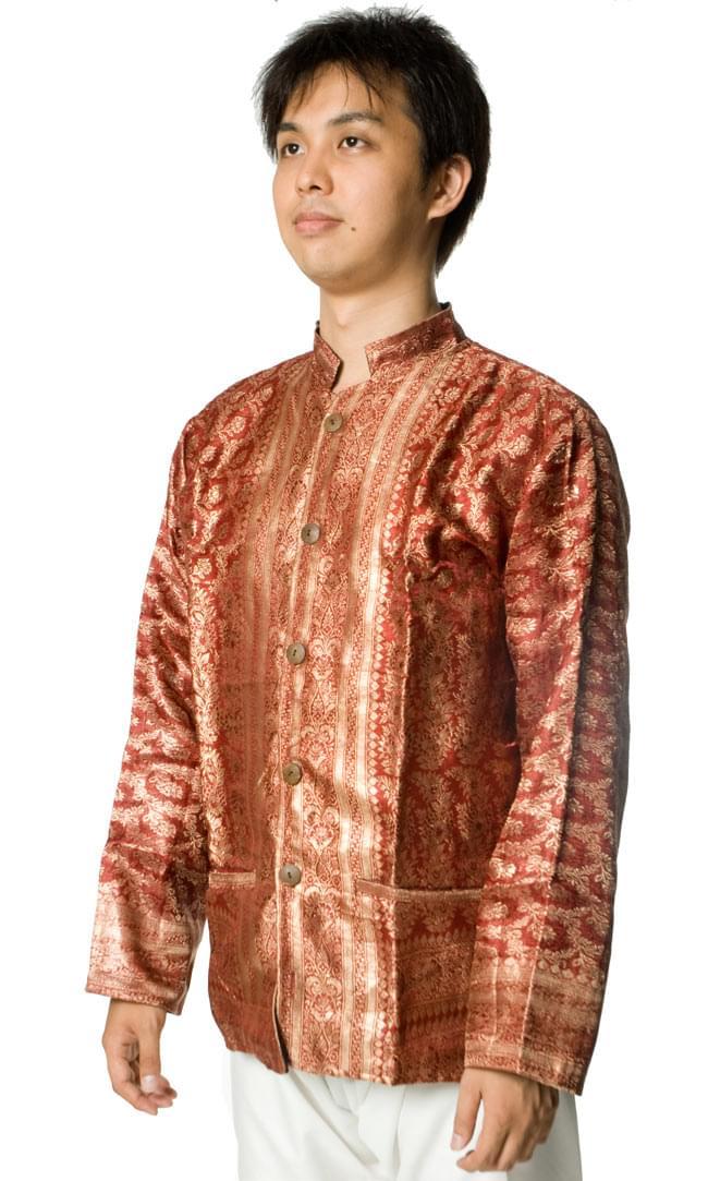 サリー刺繍 長袖クルタシャツ の写真4 - 上半身をアップにしてみました。なかなか個性的なデザインです。