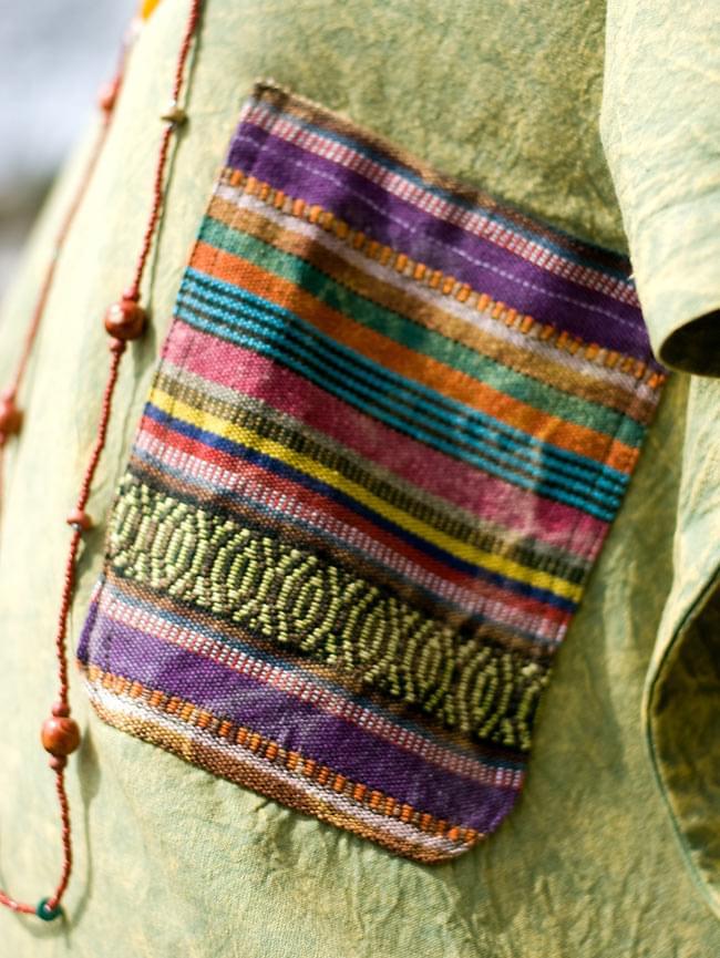 ストーンウォッシュの半袖プルオーバーシャツ 【グリーン】の写真5 - ポケットはネパールのゲリコットンを使用しています。布地のパターンや色合いなどは1点ずつ異なりますので、アソートでのお届けとなります。