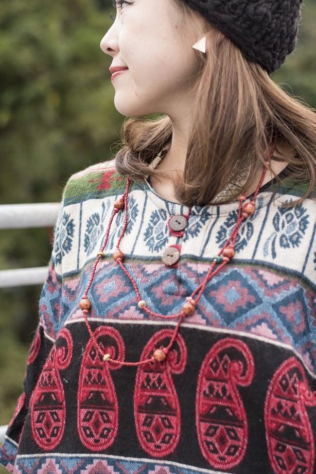 ダッカ織りのふわふわクルタシャツの写真2 - 近くで見てみました。エスニックな意匠が素敵ですね。