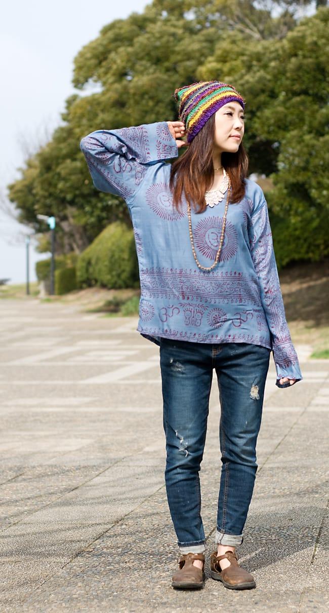 長袖Vネックラムナミシャツ - グレーの写真3 - 同デザインの色違いを身長150cmのスタッフが着てみました(色違いの商品になります)