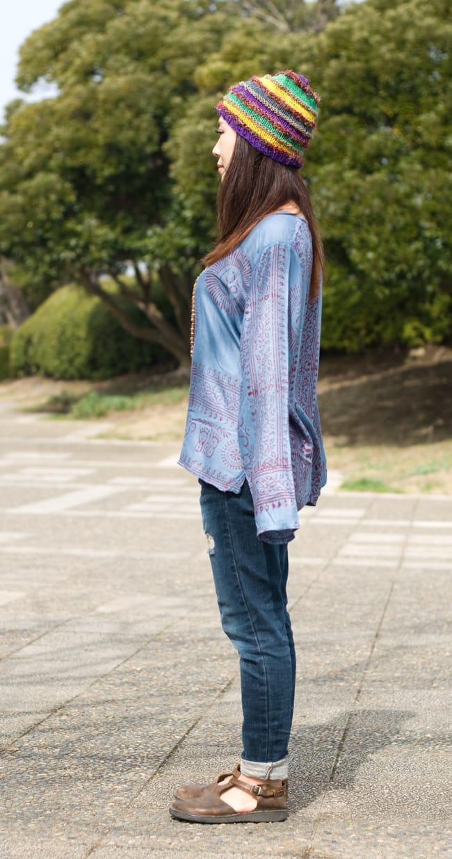 長袖Vネックラムナミシャツ - グレーの写真4 - 横からの姿はこんな感じです(色違いの商品になります)