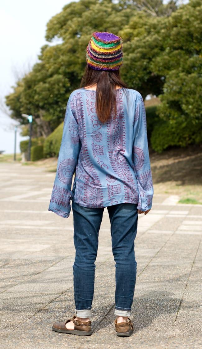 長袖Vネックラムナミシャツ - グレーの写真5 - 後ろ姿です(色違いの商品になります)
