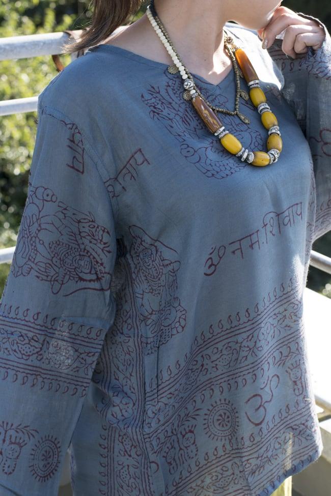 長袖Vネックラムナミシャツ - グレーの写真6 - 首周りはスッキリVネックです。