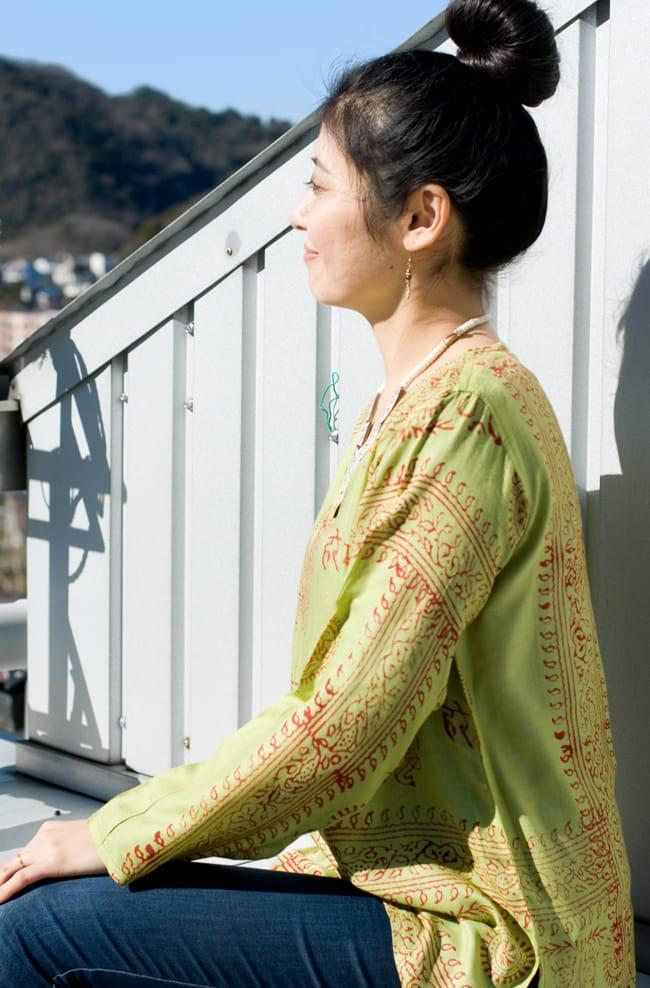 長袖Vネックラムナミシャツ - 黄緑の写真3 - 夏の厚い日差しよけにもピッタリですよ。