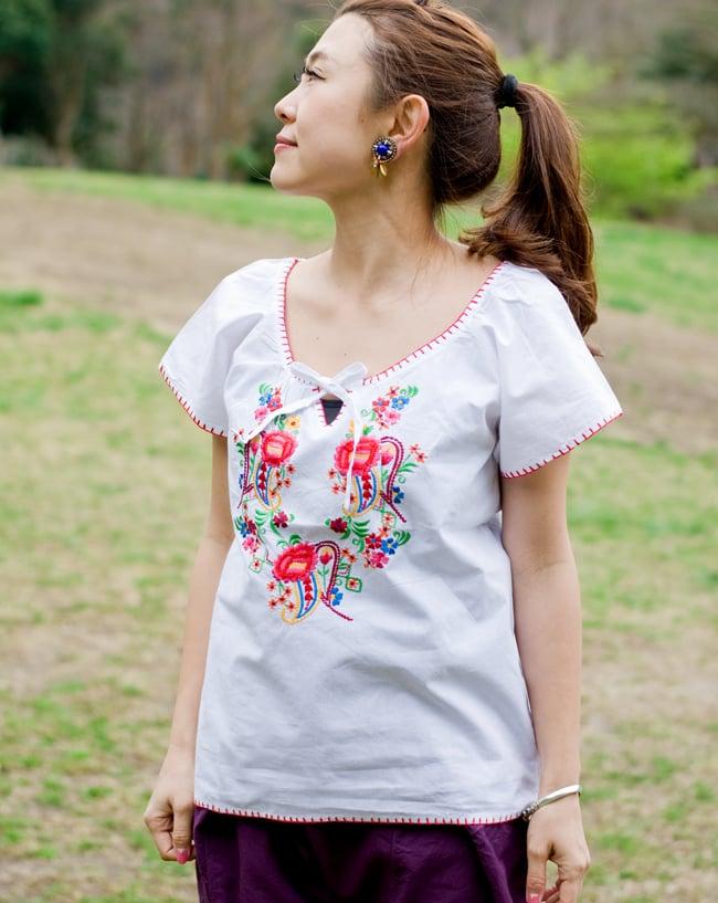 カラフル刺繍の白いシャツ - リボン付 - 2 - 身長150cmのスタッフがMサイズを着てみました。タイパンツとも合いますよ!
