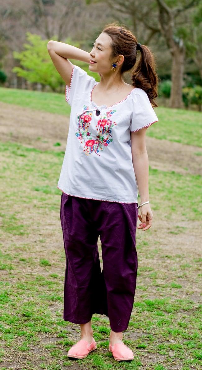 カラフル刺繍の白いシャツ - リボン付 - 3 - 前面の全身写真です。