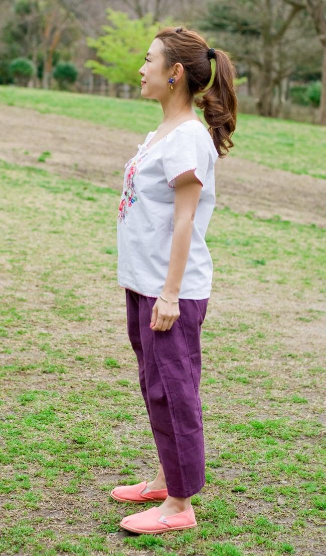 カラフル刺繍の白いシャツ - リボン付 - 4 - 横からの姿です。