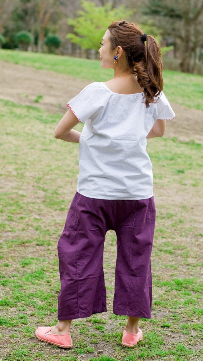 カラフル刺繍の白いシャツ - リボン付 - 5 - 後ろ姿はシンプルです。