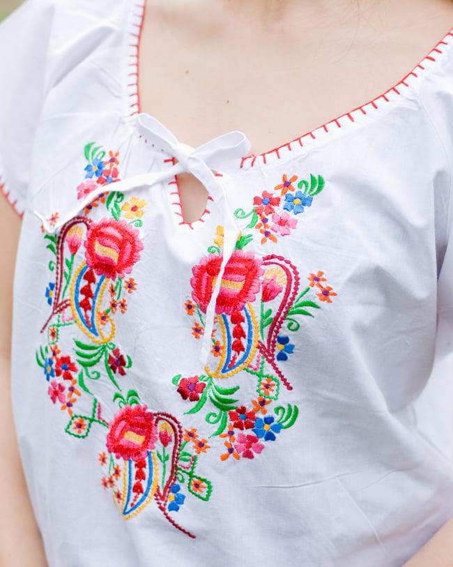 カラフル刺繍の白いシャツ - リボン付 - 6 - 胸元の刺繍をアップにしてみました。お届けする商品のお色味は写真と異なる場合もございます。