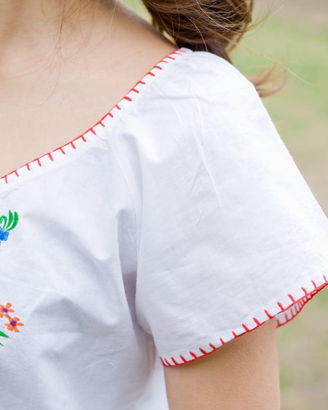 カラフル刺繍の白いシャツ - リボン付 - 7 - 袖口のステッチをアップにしてみました。お届けする商品のお色味は写真と異なる場合もございます。