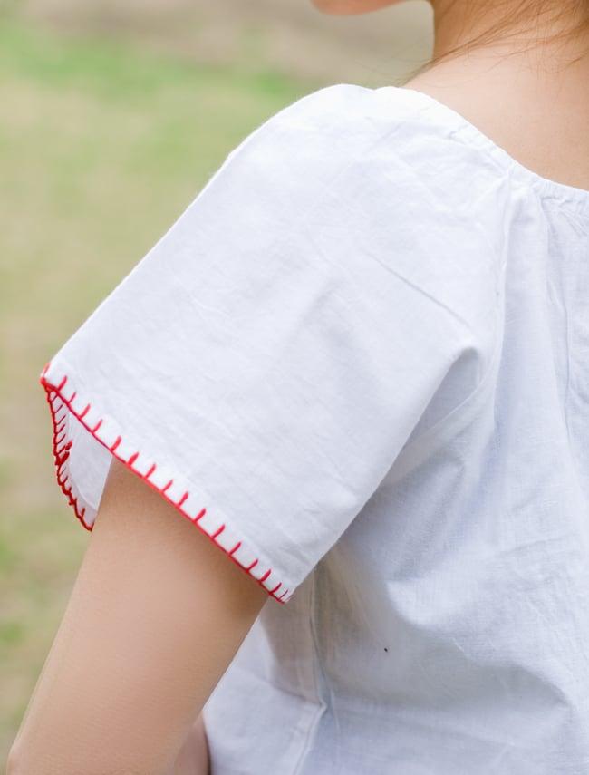 カラフル刺繍の白いシャツ - リボン付 - 8 - 後ろから見たデザインです。