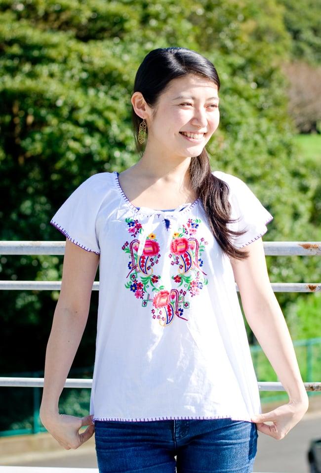 カラフル刺繍の白いシャツ - リボン付 -の写真