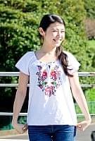 カラフル刺繍の白いシャツ - リボン付 -