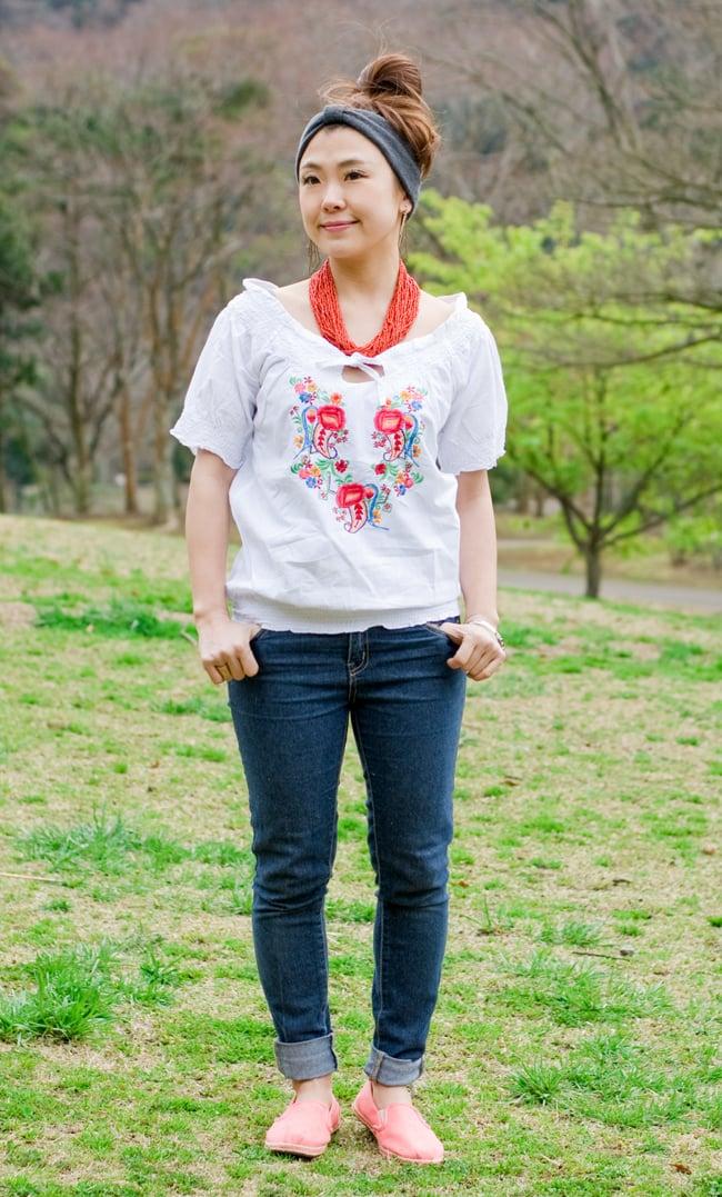 カラフル刺繍のバルーン白シャツの写真2 - 前面の全身写真です。