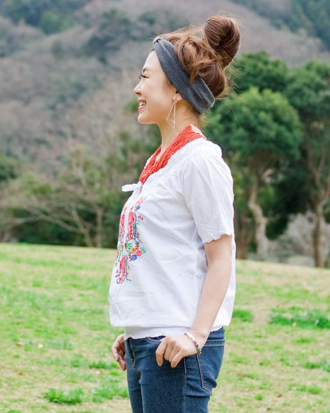 カラフル刺繍のバルーン白シャツの写真3 - 横からの姿です。