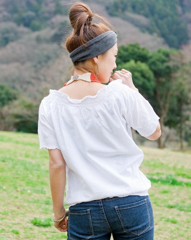 カラフル刺繍のバルーン白シャツの写真4 - 後ろ姿はシンプルです。