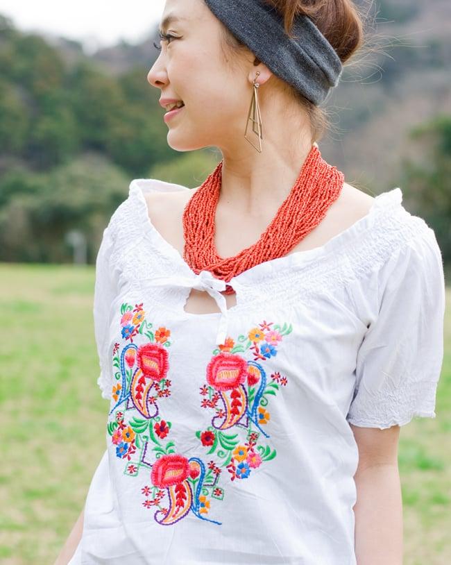 カラフル刺繍のバルーン白シャツの写真5 - 胸元の刺繍をアップにしてみました。お届けする商品のお色味は写真と異なる場合もございます。