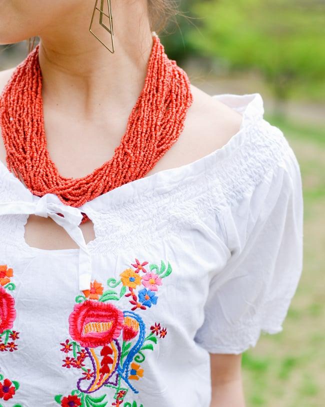 カラフル刺繍のバルーン白シャツの写真6 - デコルテが見えるデザインは女性らしくて素敵です。