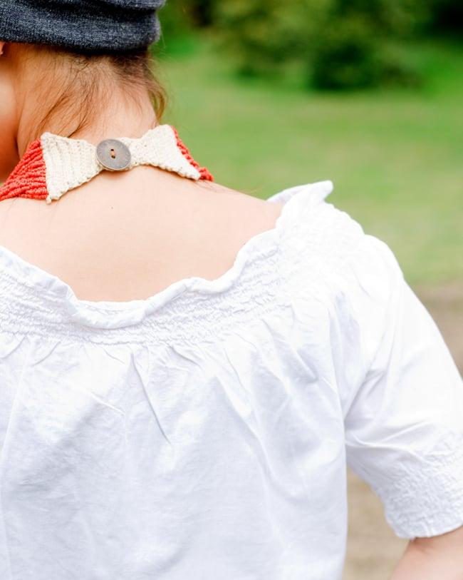 カラフル刺繍のバルーン白シャツの写真7 - 背中もゴムが入って丸みを帯びています。