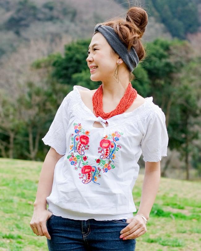 カラフル刺繍のバルーン白シャツの写真