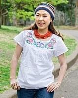 カラフル刺繍の白いシャツ