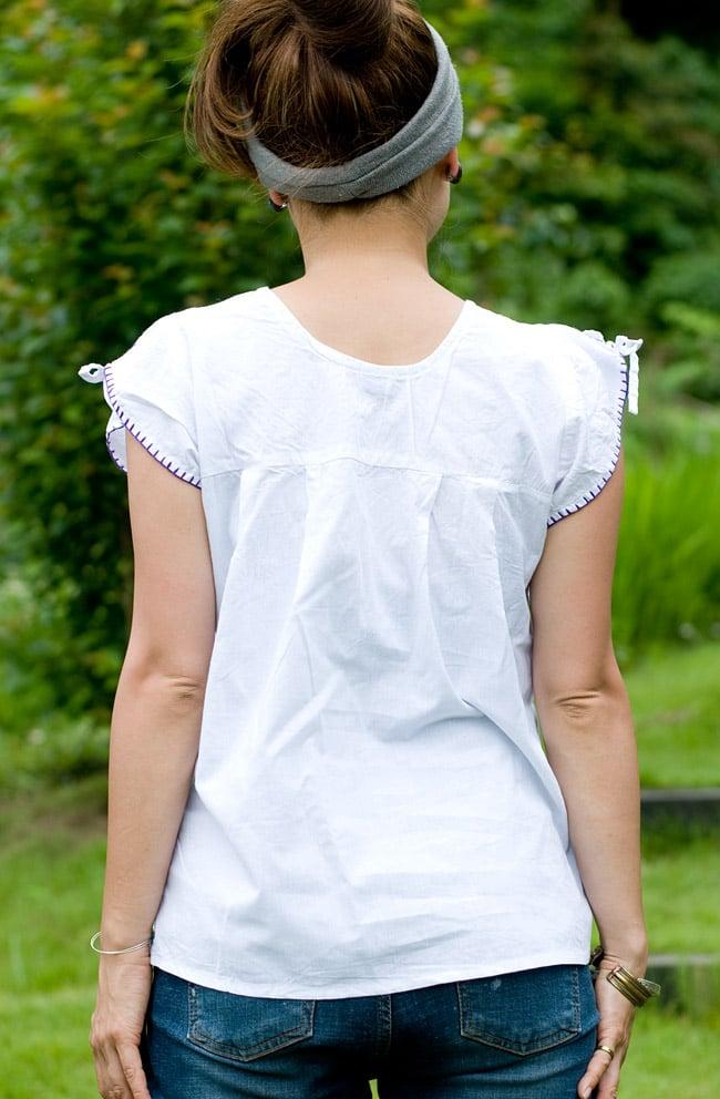 カラフル刺繍の白いシャツの写真3 - 後ろ姿はシンプルです。