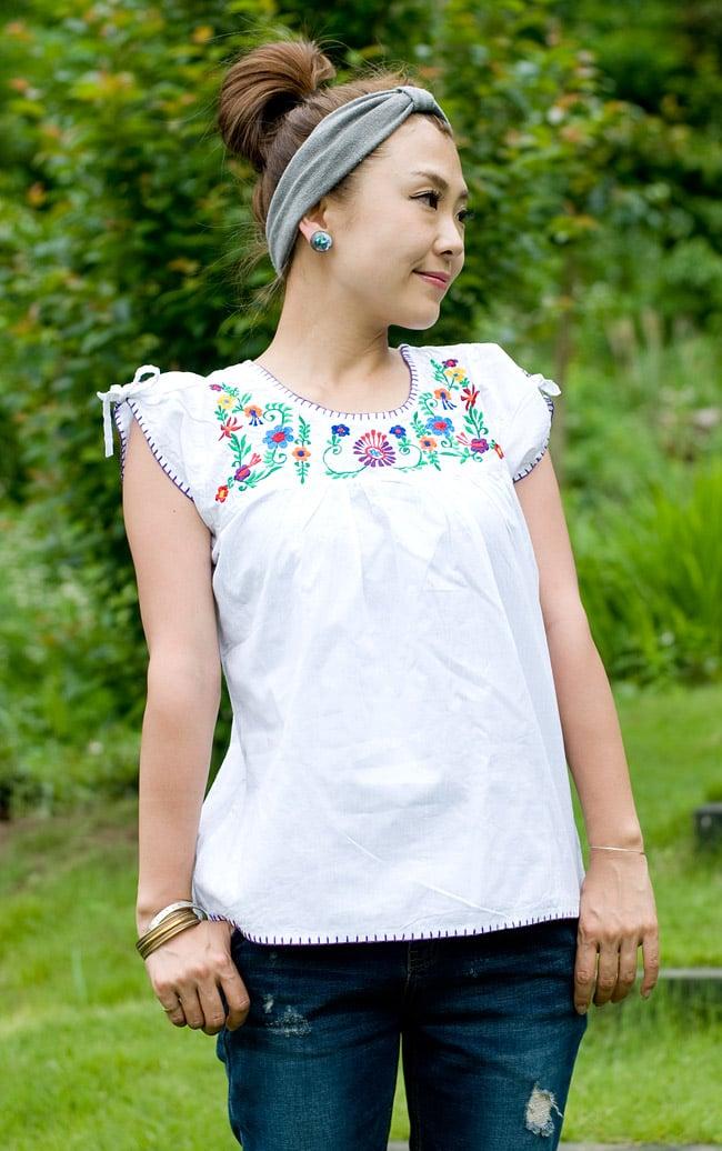 カラフル刺繍の白いシャツの写真
